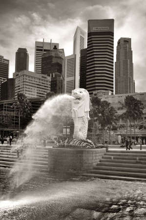 SINGAPORE-AUGUST 21: The Merlion fountain  on August 21, 2011. Merlion is a mythical creature with the head of a lion and the body of a fish,and is seen as a symbol of Singapore.  Stock Photo - 17950298