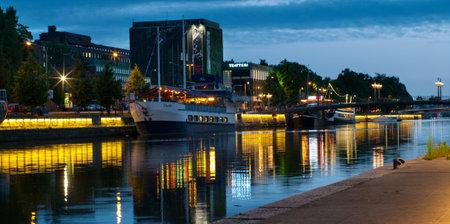 Turku, Finlandia 29 de junio: Vista al río Aura por la noche en Turku, Finlandia el 29 de junio de 2013. La vida nocturna en las orillas del río Aura, donde se encuentran bares y restaurantes. Turku es uno de los destinos turísticos más populares.
