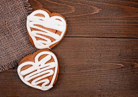 galletas de jengibre: Hecho en casa galletas de jengibre en forma de coraz�n sobre la mesa de madera de San Valent�n Foto de archivo