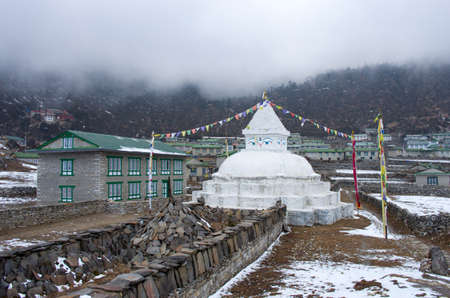 buddhist stupa: Stupa budista en Khunde, regi�n de Everest, Nepal
