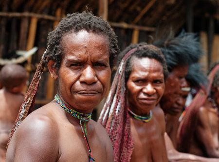 Nuova Guinea: PAPUA PROVINCIA, INDONESIA-28 dicembre: La donna di una tribù di Papua in abiti tradizionali e colorare in Nuova Guinea, Indonesia il 28 dicembre 2010