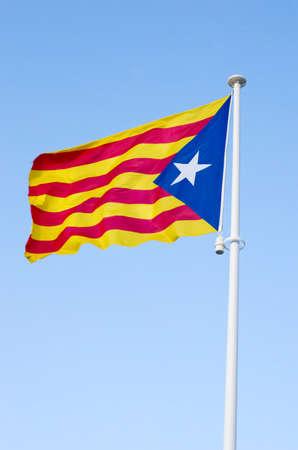 identidad cultural: Estelada- la bandera separatista catalán, ondeando sobre el cielo azul