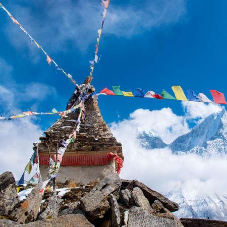 buddhist stupa: Estupa budista en las monta�as, en la regi�n del Everest, Nepal