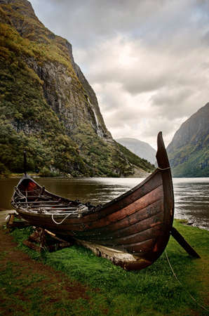 landschap: Oude viking boot in Sognefjord, Noorwegen