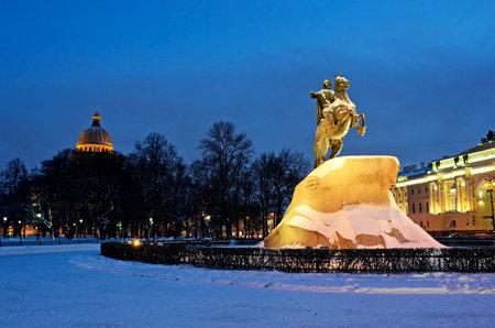"""uomo a cavallo: Monumento di imperatore russo Pietro il Grande, conosciuto come """"Il cavaliere di bronzo"""", San Pietroburgo. Russia Editoriali"""