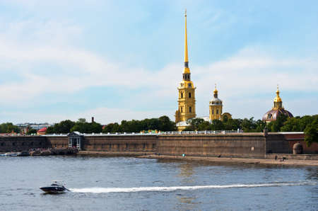 piter: ST. PETERSBURG, RUSSIA - AUG 25, 2015: Touristic boat near Peter and Paul Fortress, St. Petersburg, Russia