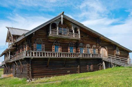 baranda para balcon: Casa rusa tradicional en la isla actualmente. Karelia, Rusia