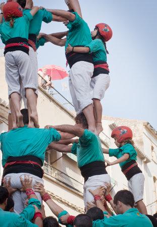 TORREDEMBARRA, ESPAÑA - 13 de julio 2014: Castells Rendimiento en Torredembarra, Cataluña, España. Un Castell es una torre humana construido tradicionalmente en Cataluña. Editorial