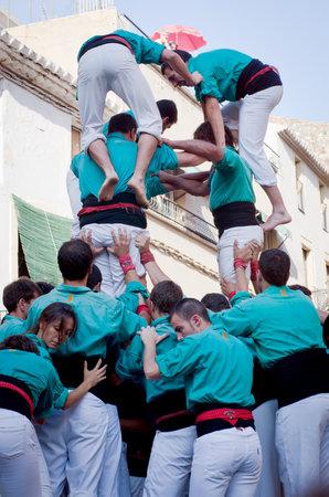 TORREDEMBARRA, ESPAÑA - 13 de julio 2014: Castells Rendimiento en Torredembarra, Cataluña, España. Un Castell es una torre humana construido tradicionalmente en Cataluña.