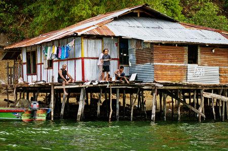 new guinea: Provincia di Papua, Indonesia - Circa dicembre 2010: Case di legno su palafitte sul lago Sentani, in Nuova Guinea, Indonesia.