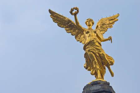 De engel van de onafhankelijkheid tegen de hemel in Mexico-stad, Mexico.