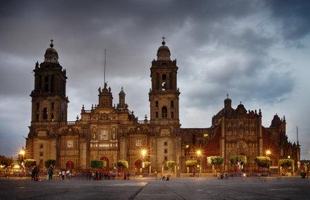 夕暮れ、メキシコシティのソカロにメキシコシティ、メキシコ - 2016 年 11 月 15 日: 大聖堂