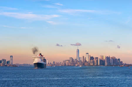 New York City, Verenigde Staten - 11 oktober 2016: Transatlantische oceaanstomer Queen Mary 2 in de haven van New York. Stockfoto - 81342731