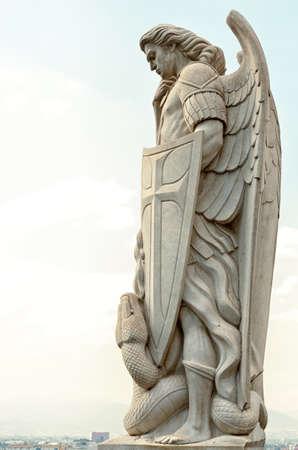 La statue de l'archange Michel se tient au sommet de la colline de Tepeyac près de la basilique de Guadalupe à Mexico Banque d'images - 83890299