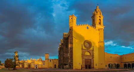 チョルラ、プエブラ、メキシコのサン ・ ゲーブリエルの修道院の眺め 写真素材