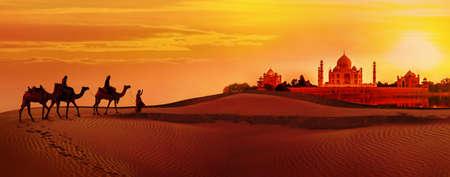 Panoramisch zicht op Taj Mahal tijdens zonsondergang. Kameelkaravaan die door de woestijn gaat. India