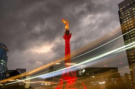 Der Unabhängigkeitsengel gegen den Himmel in Mexiko-Stadt, Mexiko. Standard-Bild