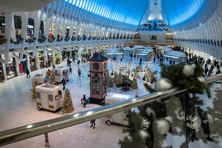 New York, December 2019: Christmas tree and holiday decorations in The Oculus transportation hub at World Trade Center, New York city, USA 新聞圖片