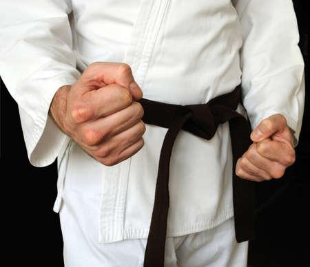 artes marciales: El hombre en un kimono y un cintur�n para artes marciales