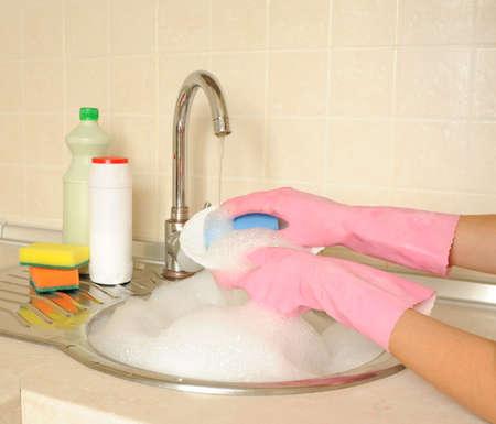 lavar trastes: Mujer lavando las manos plato en la cocina