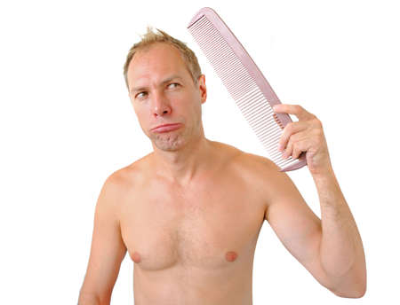 calvicie: Desconcertado hombre peine mano que sostiene en la cabeza