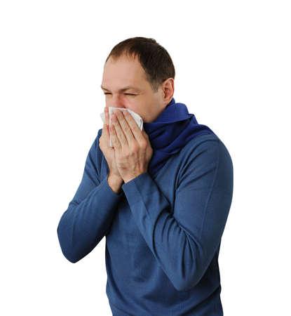 sick person: Hombre que sopla su nariz aislada en el fondo blanco