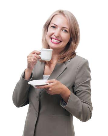 mujer tomando cafe: Mujer de negocios disfrutando de una taza de café aislado en blanco Foto de archivo