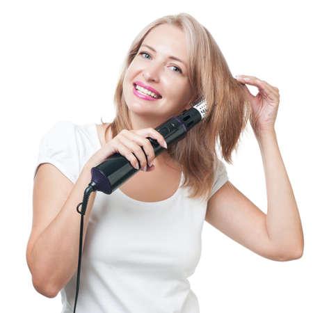 secador de pelo: Muchacha hermosa que hace el peinado con cepillo de pelo