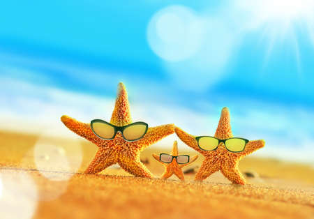 Zomerstrand. Zeesterfamilie in zonnebril aan de kust. Strandfeest.