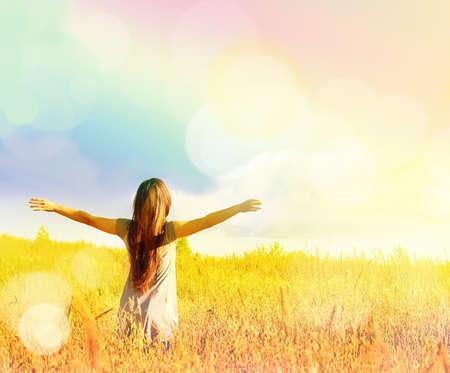 自由、日当たりの良い草原に幸福を楽しんで幸せな女の子