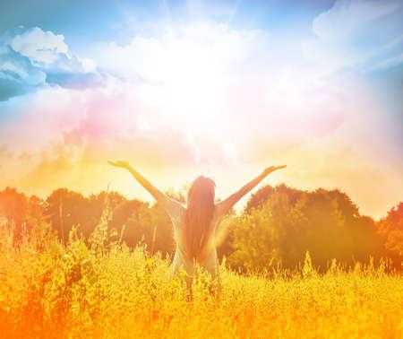 Gelukkige vrouw in krans buiten de zomer genieten van het leven te openen handen. Stockfoto