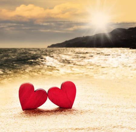 luz natural: Dos corazones en la playa Foto de archivo