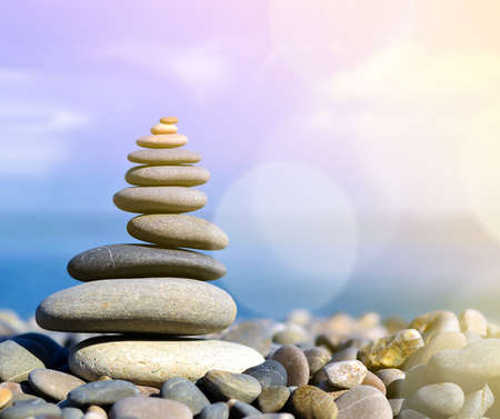 돌 균형, 자갈 크림 푸른 바다 위에 스택.