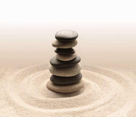 armonia: El equilibrio y la armonía en la relajación zen jardín de meditación y simplicidad para la concentración. Arena y piedra.