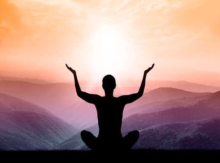 mente humana: El yoga y la meditación. Silueta del hombre en la montaña.