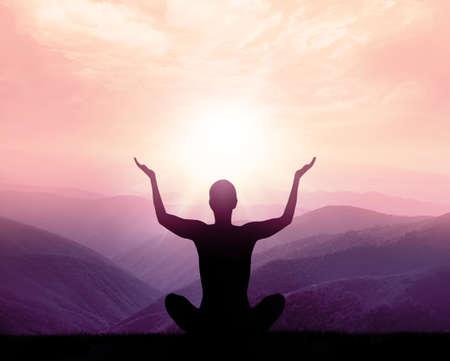 Yoga en meditatie. Silhouet van de mens in de bergen