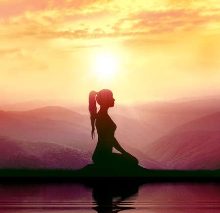요가와 명상. 산에서 여자의 실루엣