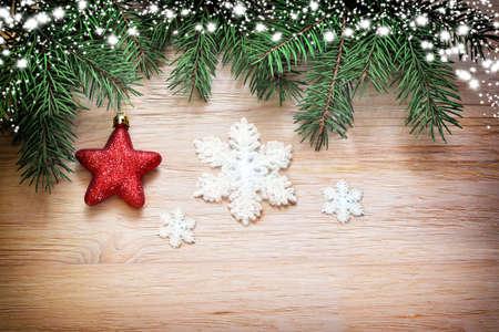 Kerst houten achtergrond. Pine en ster op de houten achtergrond. Stockfoto