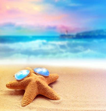 여름 해변에서 파란색 선글라스에 불가사리