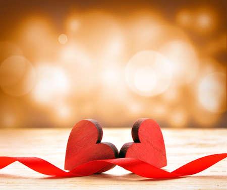 Dřevěné srdce na hnědém pozadí. Valentines Day.