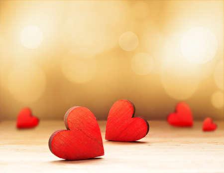 갈색 배경에 목조 마음입니다. 발렌타인 데이. 스톡 콘텐츠