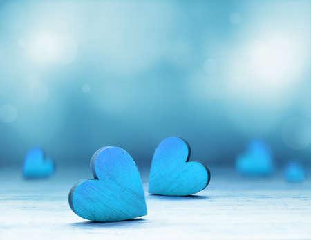 파란색 배경에 목조 마음입니다. 발렌타인 데이.