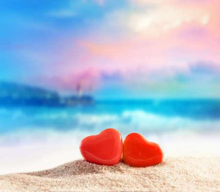여름 해변에 두 개의 하트입니다. 발렌타인 데이. 스톡 콘텐츠