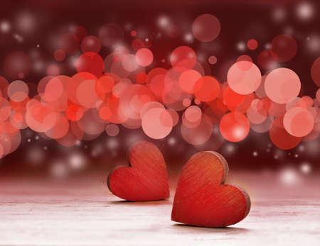 Rode houten harten op de tafel tegen defocused lights. Stockfoto