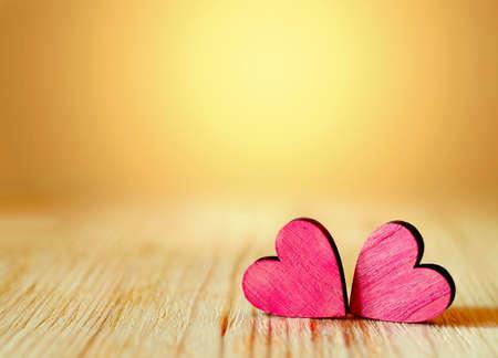 붉은 마음과 나무 배경입니다. 발렌타인 데이