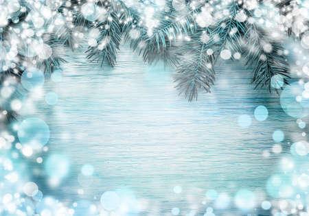 De spar van Kerstmis met sneeuw op een houten plank. Kerstmis blauwe raamwerk