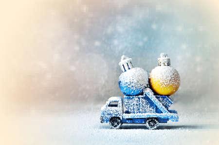 Kerst decoratie. Vrachtwagen auto draagt decoraties voor kerstbomen. Kerstbal. Stockfoto