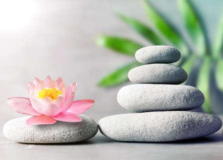 Spa Steine ??mit Blumen Lilie auf grauem Hintergrund