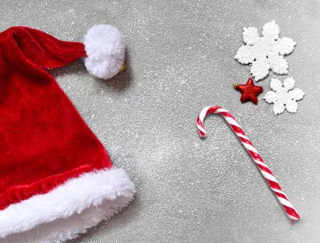 크리스마스 회색 배경과 산타 hat.Happy 새 해 산타 모자입니다.