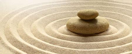 Fondo de piedra de meditación de jardín zen con piedras y líneas en arena para relajación, equilibrio y armonía, espiritualidad o bienestar spa.